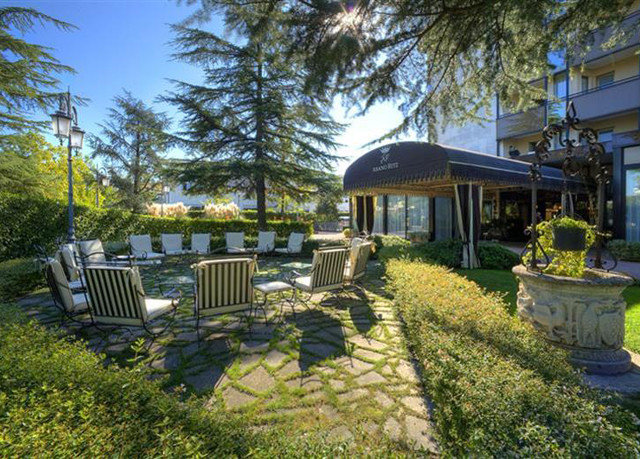 tree grass property ecosystem home backyard yard cottage lawn outdoor structure Garden Resort Villa park mansion