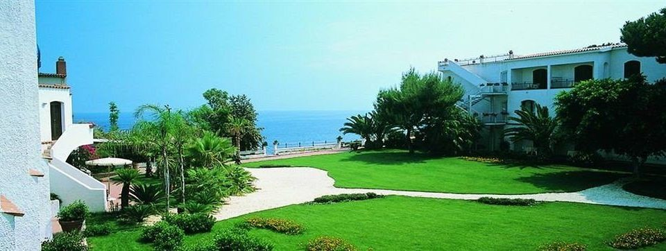 grass tree sky house property lawn Villa mansion Resort residential area condominium home hacienda grassy Garden lush