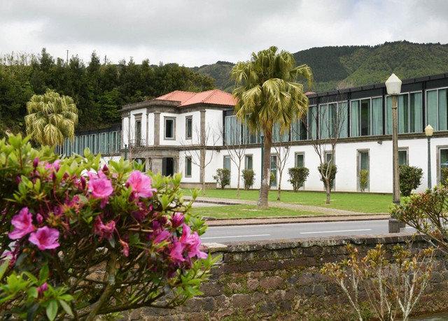 sky flower tree property home residential area cottage Garden plant Resort Villa mansion