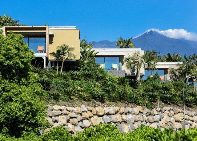 sky tree property Resort home residential area Villa cottage Village Garden bushes