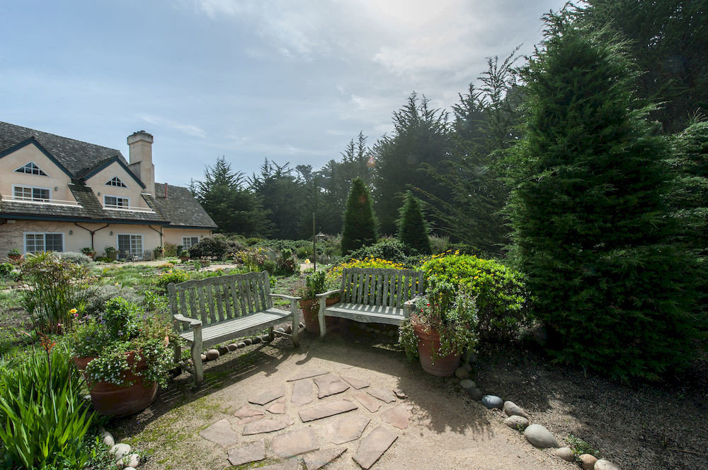 tree ground sky property Garden yard backyard cottage home Villa lawn house stone surrounded