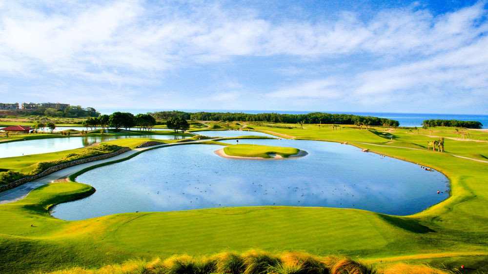 sky water structure grass Nature sport venue grassland golf course plain field River golf club outdoor recreation aerial photography Golf sports race track meadow stadium lawn