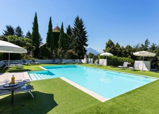 sky tree grass athletic game swimming pool Sport property Golf leisure Villa Resort lawn backyard blue mansion