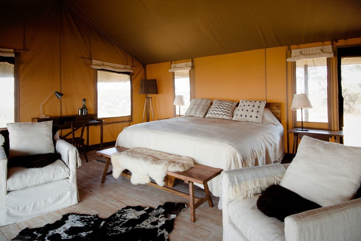bed Bedroom Hotels interior Luxury Rustic Safari tent indoor room ceiling wall floor hotel property Living cottage estate Suite Villa interior design vehicle furniture real estate night lamp