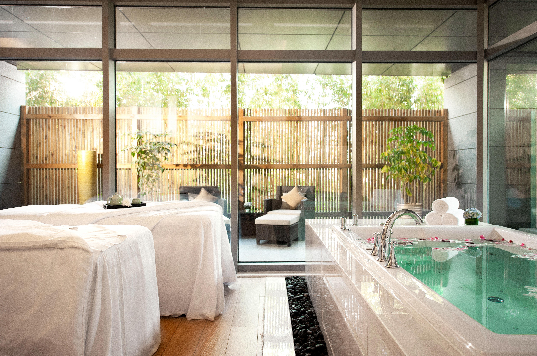 Hip Hot tub/Jacuzzi Luxury Spa property home porch swimming pool backyard