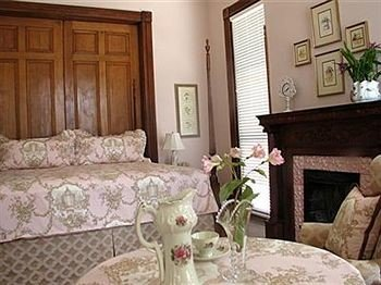 Historic Luxury Suite property cottage home living room bed sheet