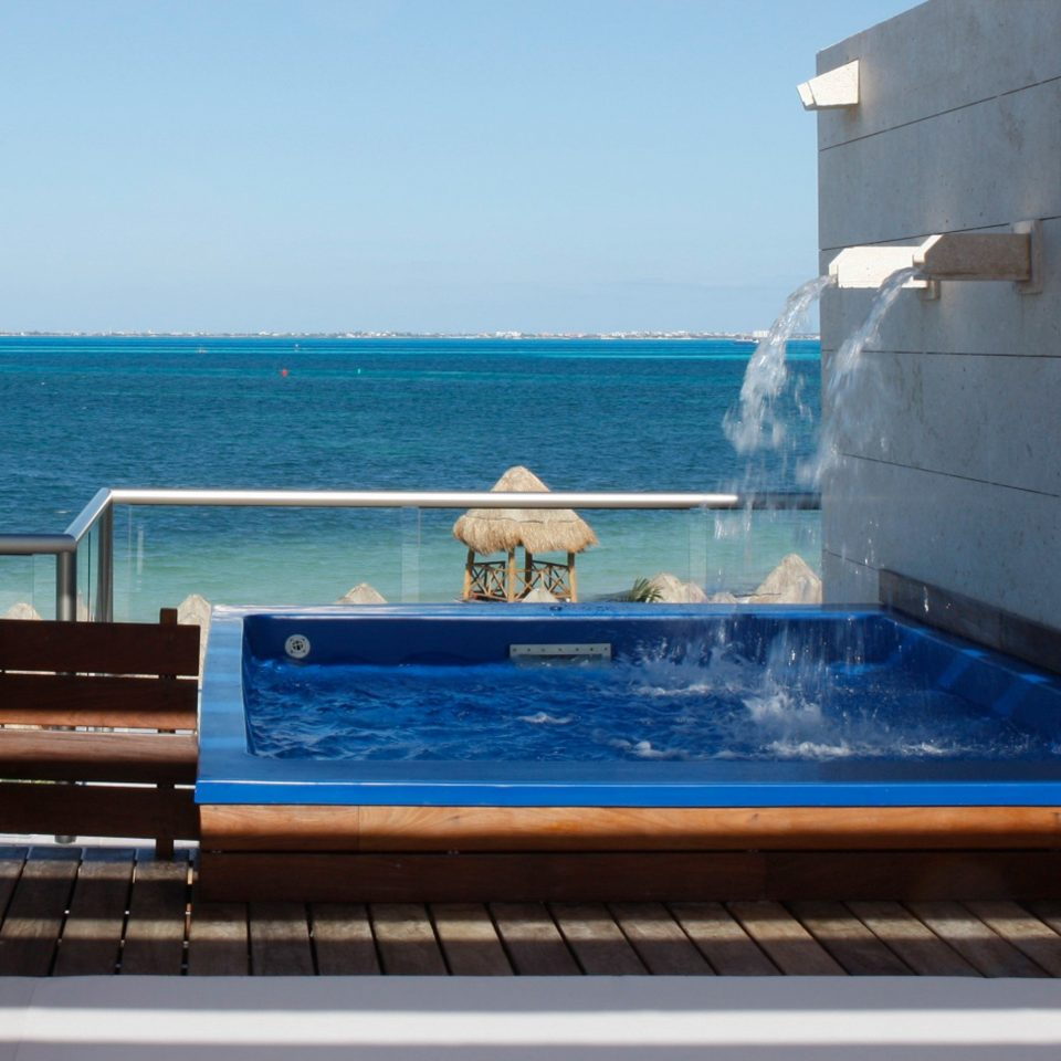 Hot tub Hot tub/Jacuzzi Luxury Modern Tropical Wellness sky water swimming pool leisure blue Sea overlooking
