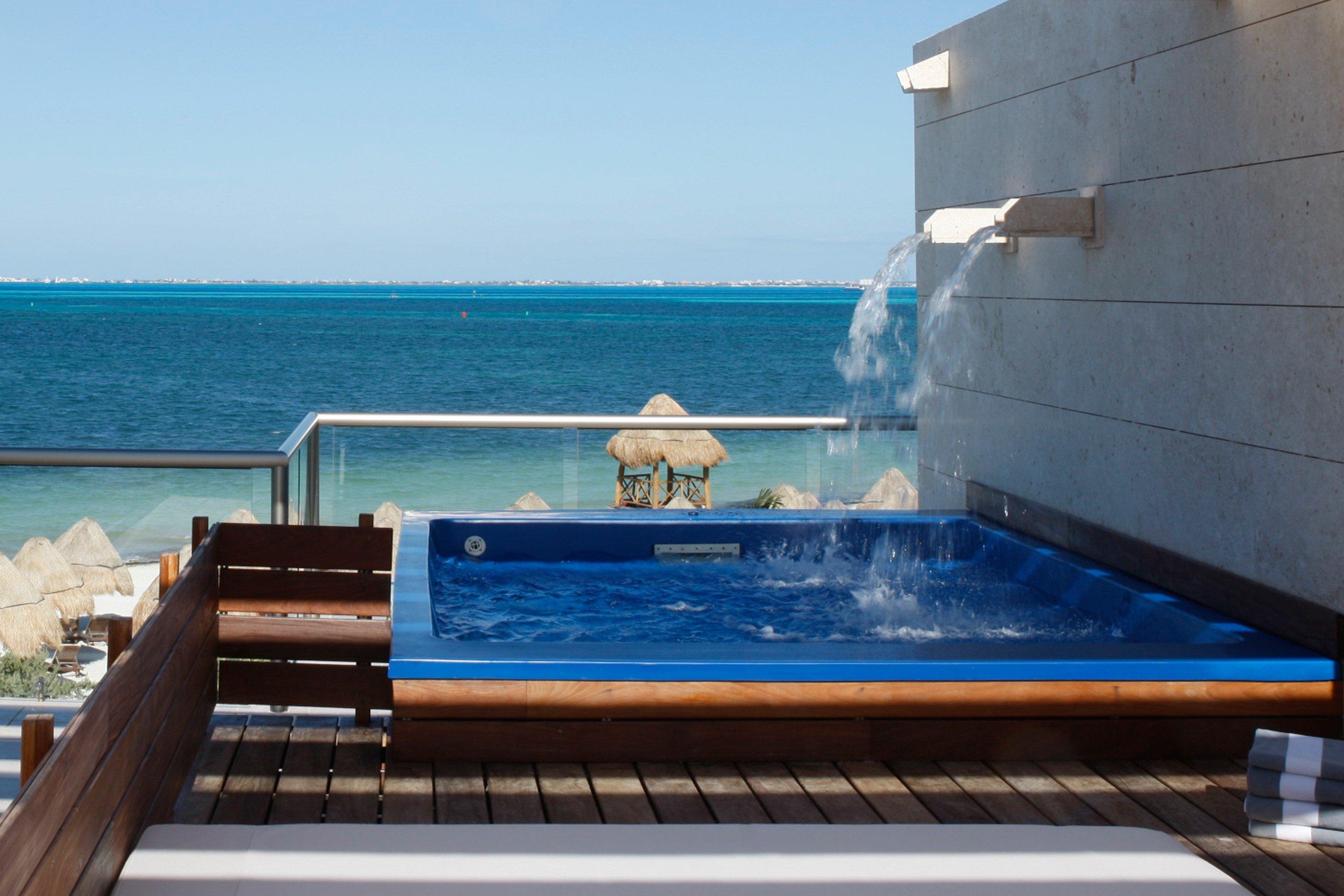 Hot tub Hot tub/Jacuzzi Luxury Modern Tropical Wellness sky water swimming pool leisure blue Sea overlooking