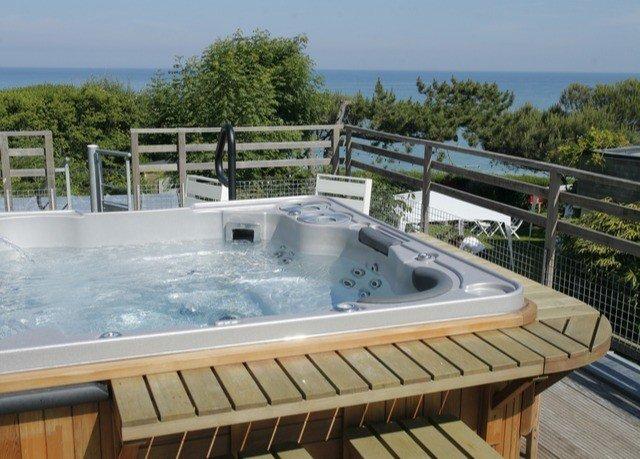 vessel swimming pool property bathtub jacuzzi Hot tub Villa outdoor structure