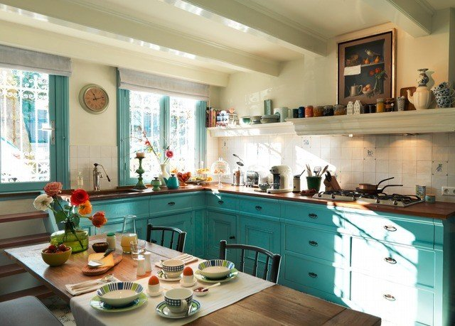 Kitchen property home countertop counter green cottage cabinetry condominium cuisine Villa mansion Island cluttered