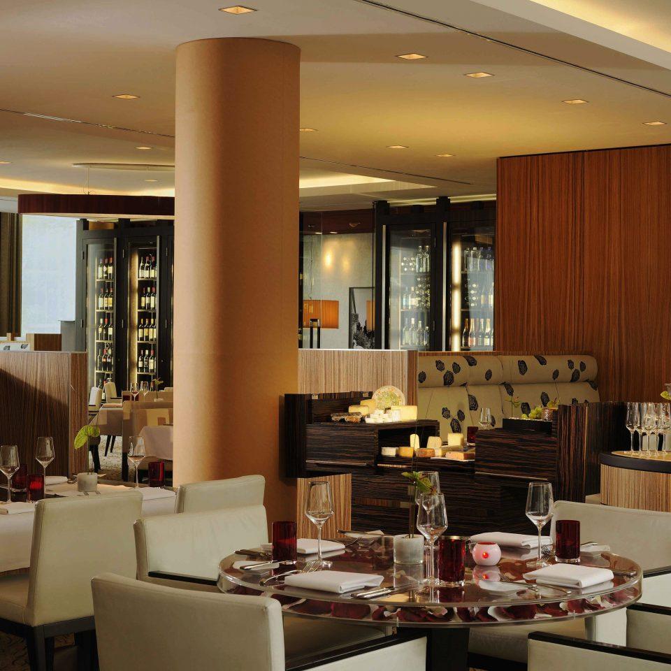 restaurant condominium living room Lobby function hall Suite Island