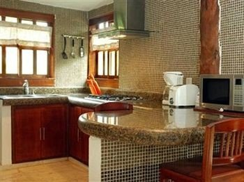 property countertop cabinetry Kitchen cuisine classique hardwood cottage home appliance