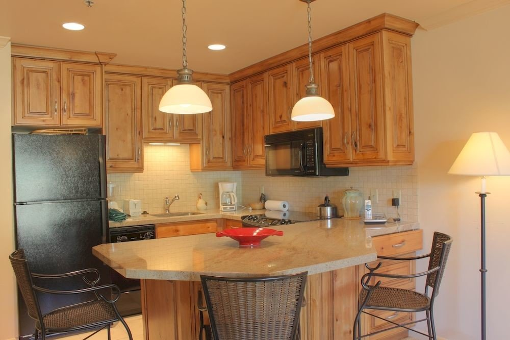 Kitchen property cabinetry home cottage cuisine classique hardwood lighting living room appliance