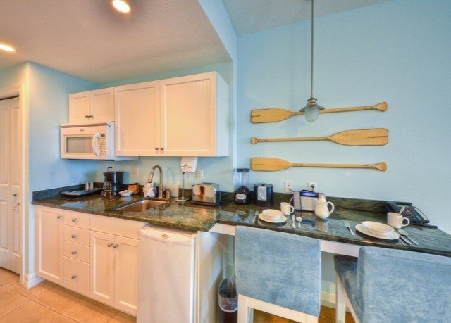 Kitchen property home countertop hardwood cuisine classique cottage cabinetry cuisine appliance kitchen appliance stove