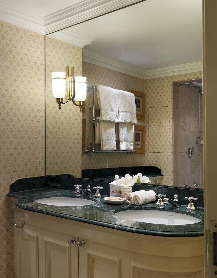 sink bathroom property counter countertop cabinetry home Kitchen cuisine classique lighting cottage clean
