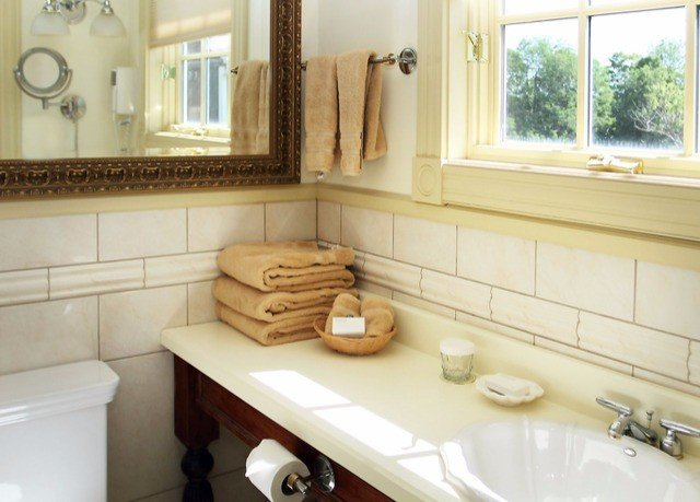 bathroom sink property mirror countertop home cuisine classique Kitchen cabinetry cottage flooring