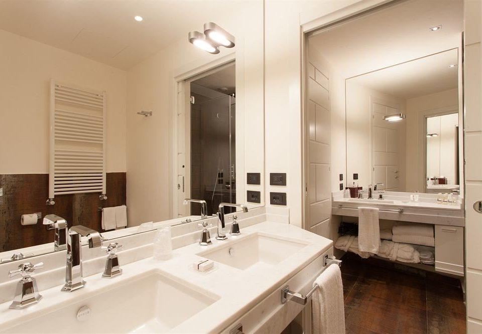 bathroom sink mirror property home toilet cuisine classique Kitchen double cabinetry long tile