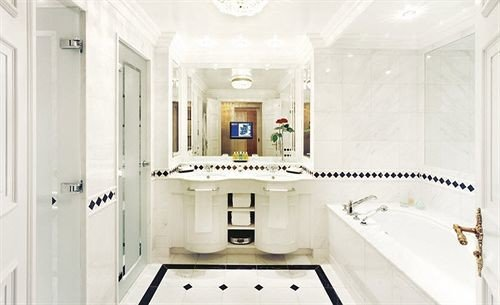 bathroom property home mansion sink white cottage plumbing fixture Kitchen