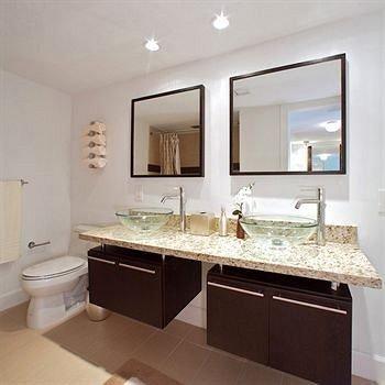 bathroom mirror sink property countertop cuisine classique hardwood counter cabinetry vanity flooring Kitchen double clean Modern tan tub