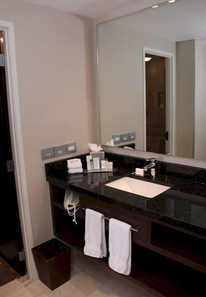 bathroom mirror sink property house Kitchen home cabinetry countertop vanity counter Suite cottage long Modern clean