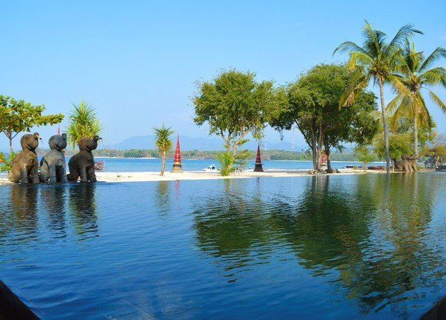 water sky tree Nature leisure swimming pool Lake Resort pond arecales Lagoon swimming shore