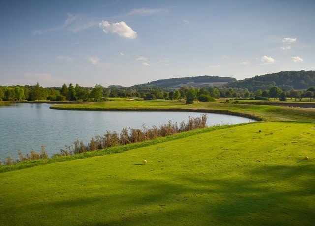 grass water sky River Lake structure grassland plain sport venue green Nature field golf course golf club hill reservoir rural area meadow marsh sports prairie wetland paddy field lush surrounded traveling pond overlooking hillside land highland