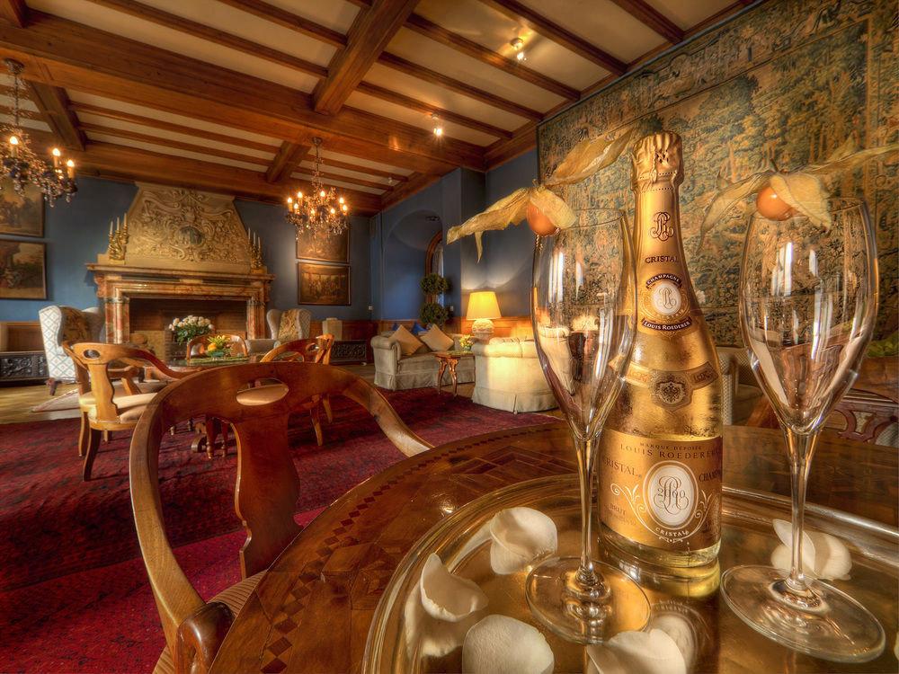 Lobby restaurant mansion