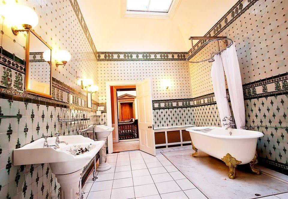 bathroom property toilet home Lobby cottage mansion flooring Villa tiled tile