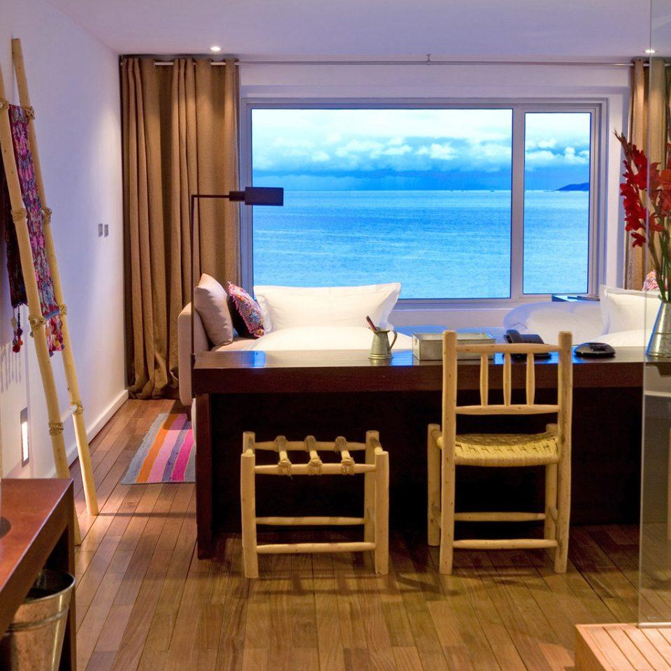 Lodge Modern Scenic views Waterfront property Suite home cottage Villa Resort living room condominium