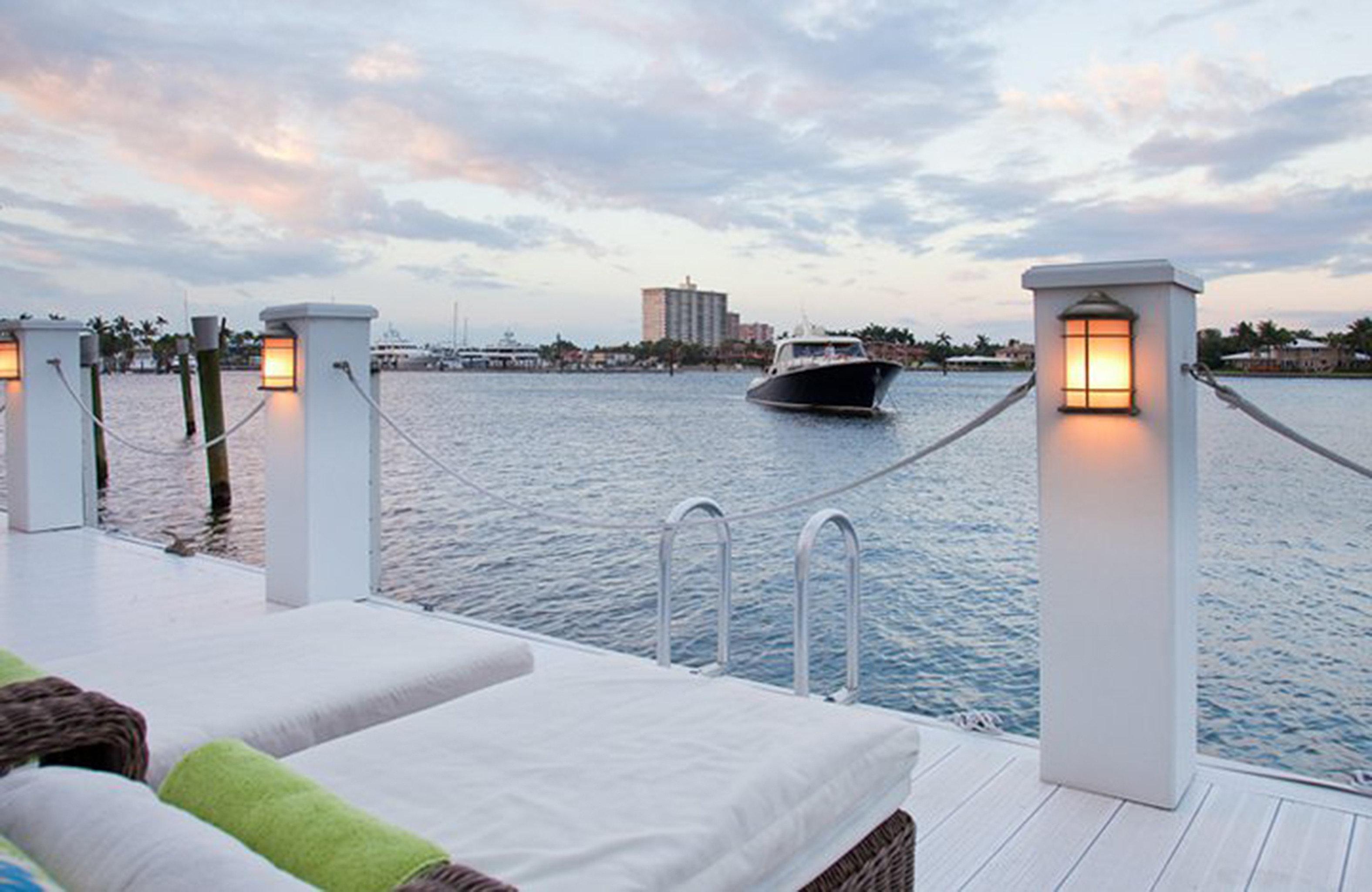 Lounge Ocean sky water property Sea Villa dock day