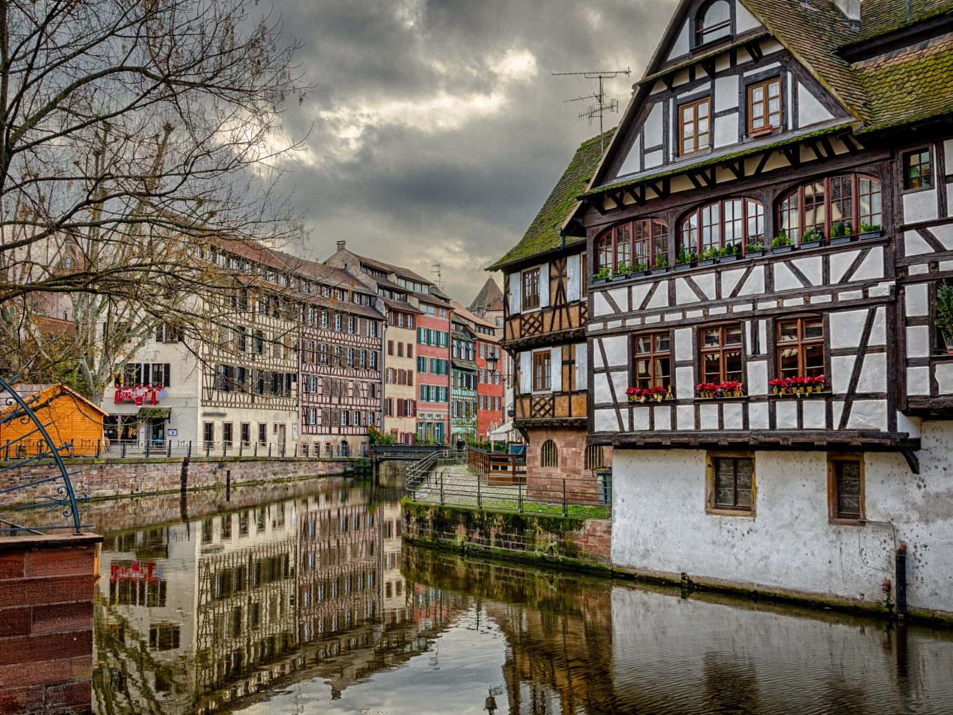 Lakes + Rivers Landmarks outdoor Town neighbourhood urban area Canal City house waterway human settlement cityscape Architecture residential area street Downtown reflection