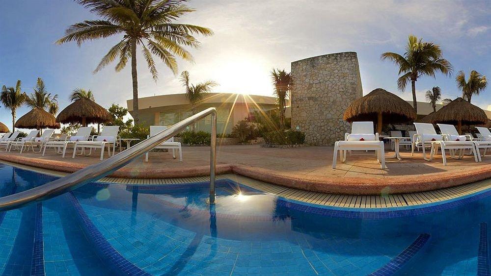 Modern Pool Resort Waterfront tree water swimming pool palm leisure property Villa resort town Water park mansion hacienda amusement park shore lined