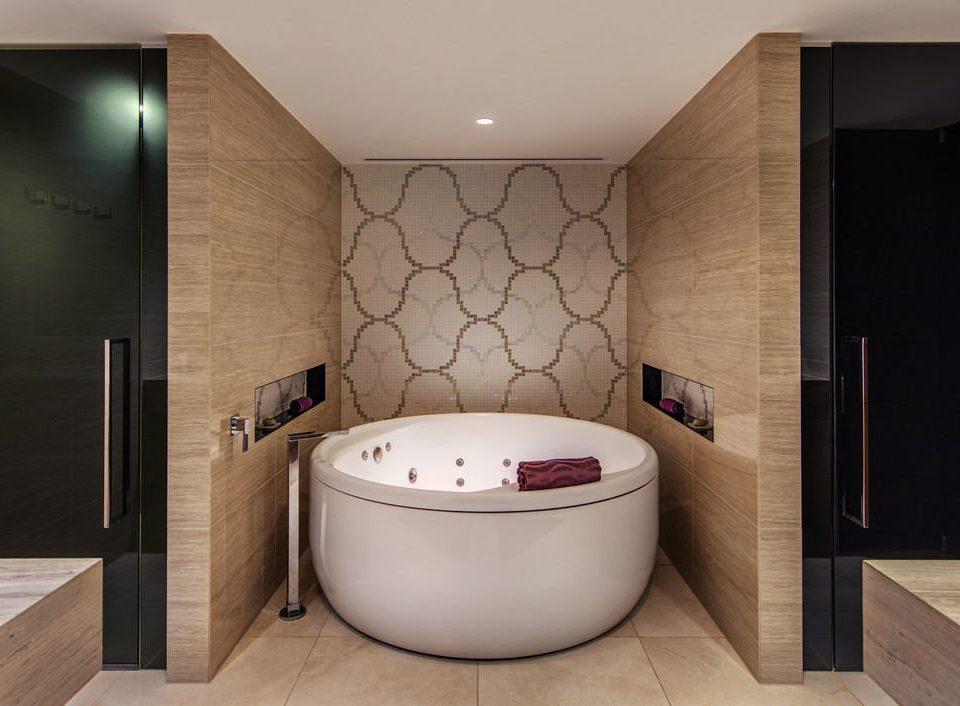 bathroom bathtub swimming pool jacuzzi plumbing fixture Suite Modern