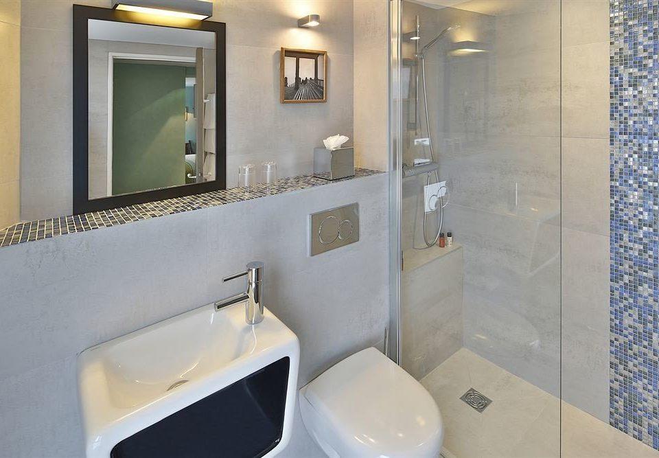 bathroom sink mirror toilet property plumbing fixture Suite public toilet bathtub bidet public tiled clean Modern tile