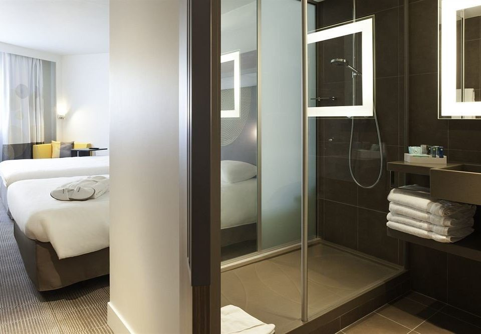 bathroom mirror property sink home plumbing fixture Suite bidet Modern tub