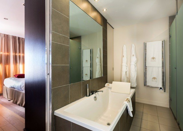 bathroom mirror property sink toilet Suite home tiled Modern