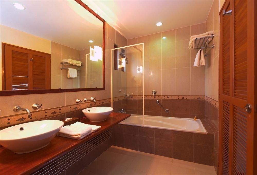 bathroom mirror sink property Suite home swimming pool Modern tile tub