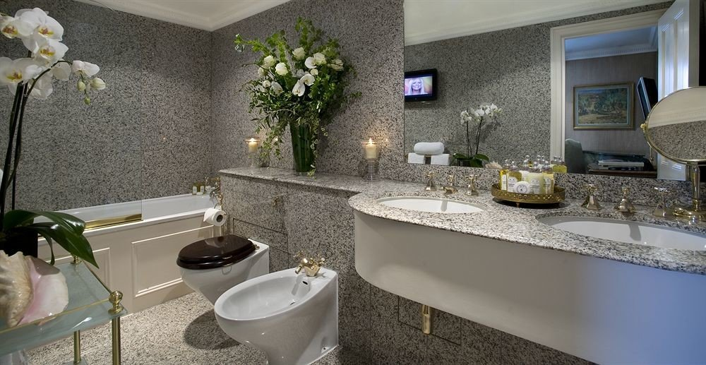 bathroom property sink home Suite cottage Villa counter Modern