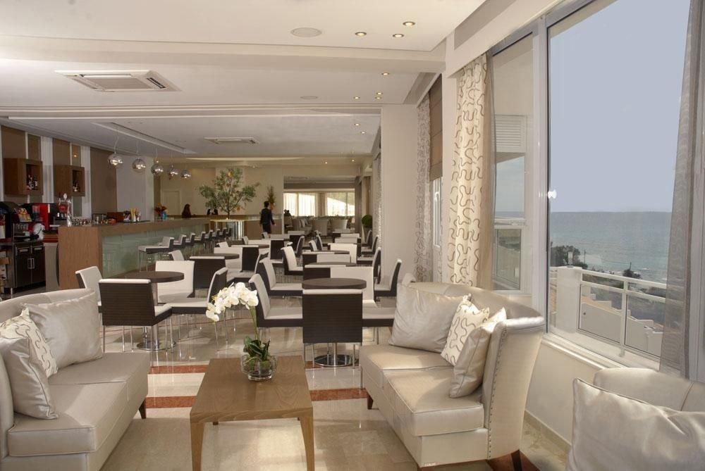 sofa property living room condominium home white Villa mansion yacht Modern