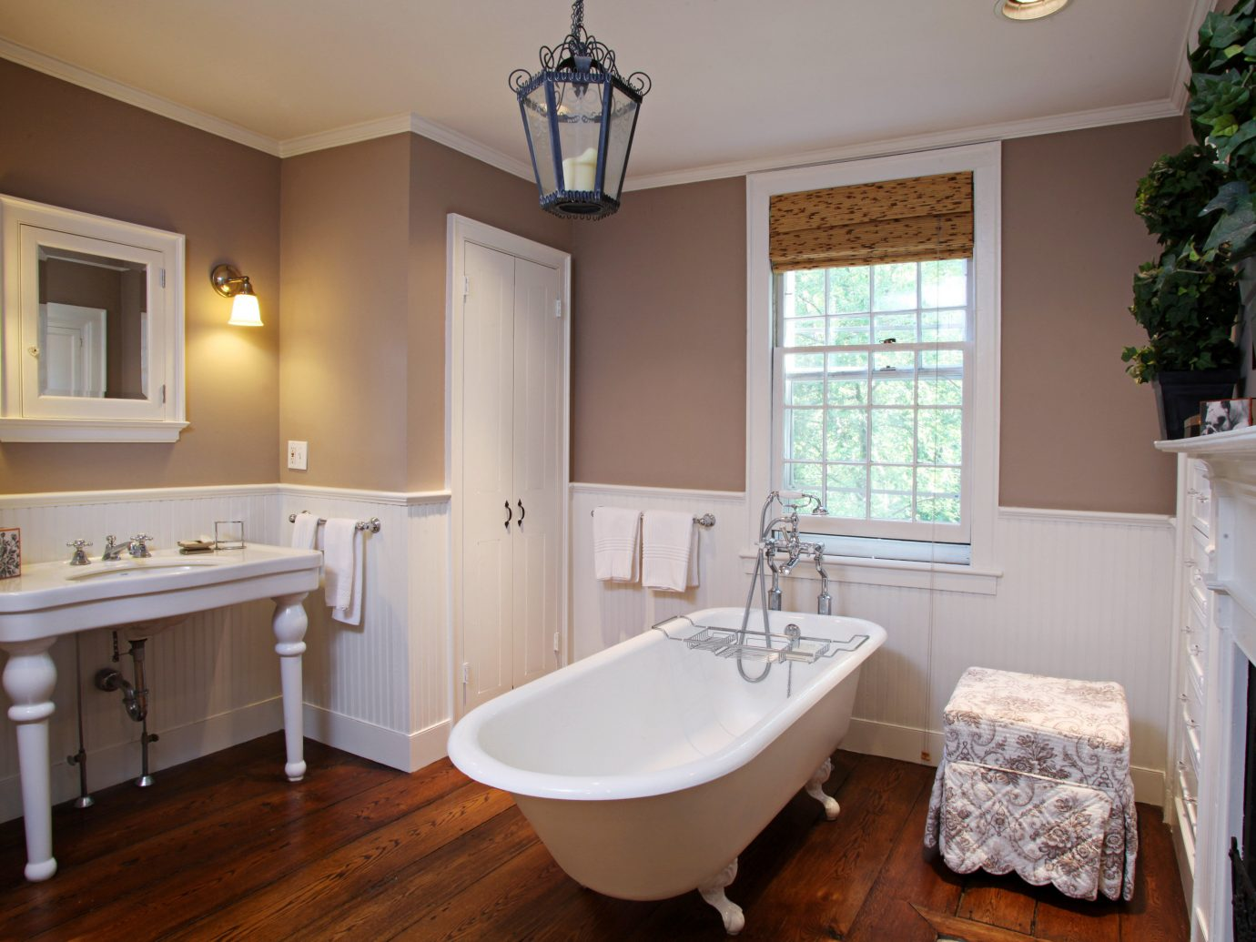 Bath Country Elegant Inn indoor wall floor window bathroom room property ceiling home estate cottage cuisine classique real estate hardwood interior design Kitchen farmhouse wood tub
