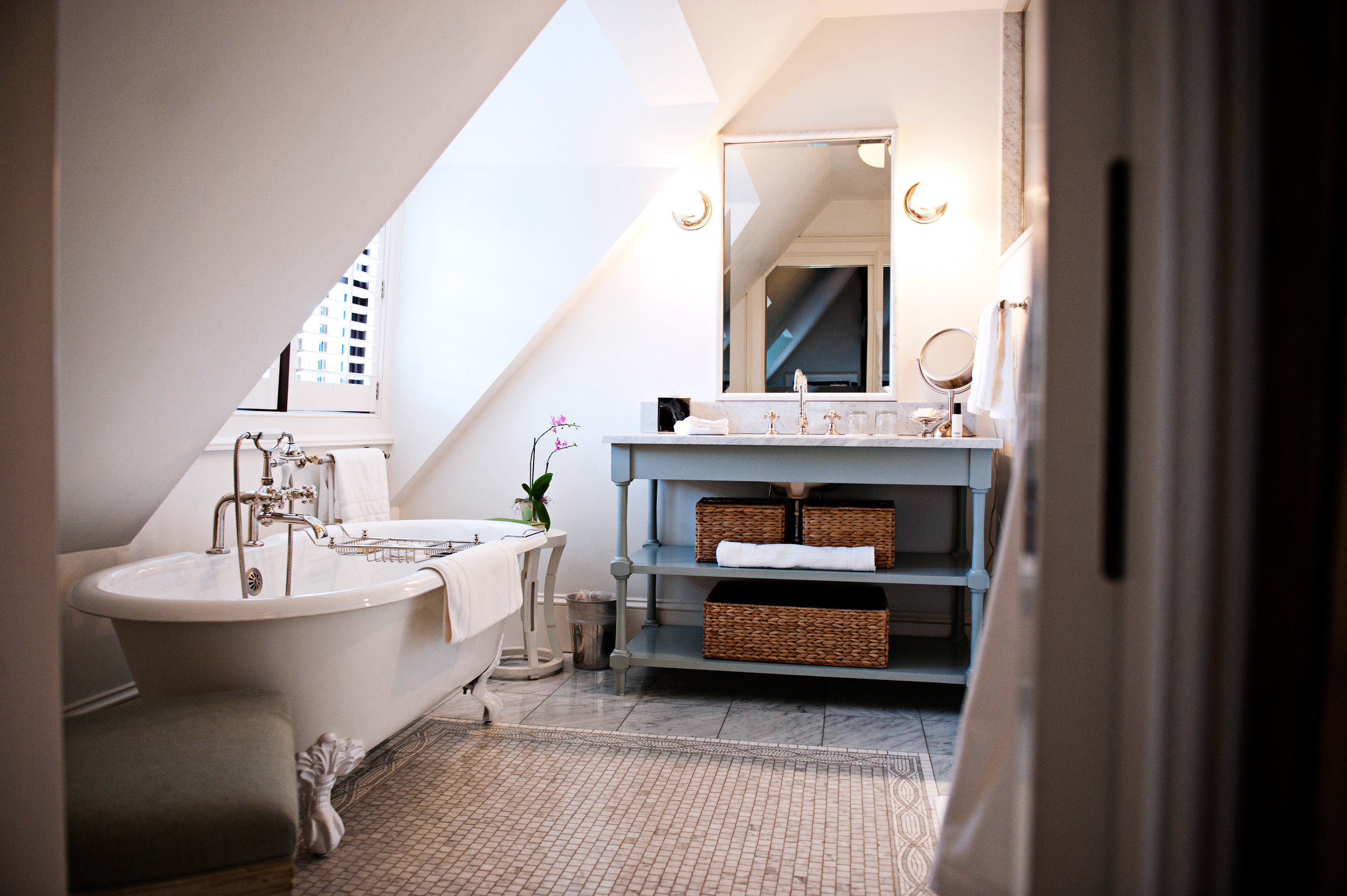 Bath Celebs Country Hotels Inn Luxury Modern wall indoor bathroom floor room property house home Suite estate sink interior design cottage Design living room apartment tub bathtub