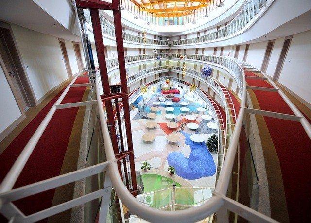 amusement park tourist attraction Resort shopping mall public transport step