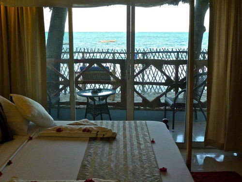 chair property Resort Suite Villa cottage condominium mansion dining table
