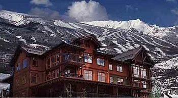 mountain sky snow building Town mountain range geological phenomenon Resort house residential area Village alps panorama cottage apartment building