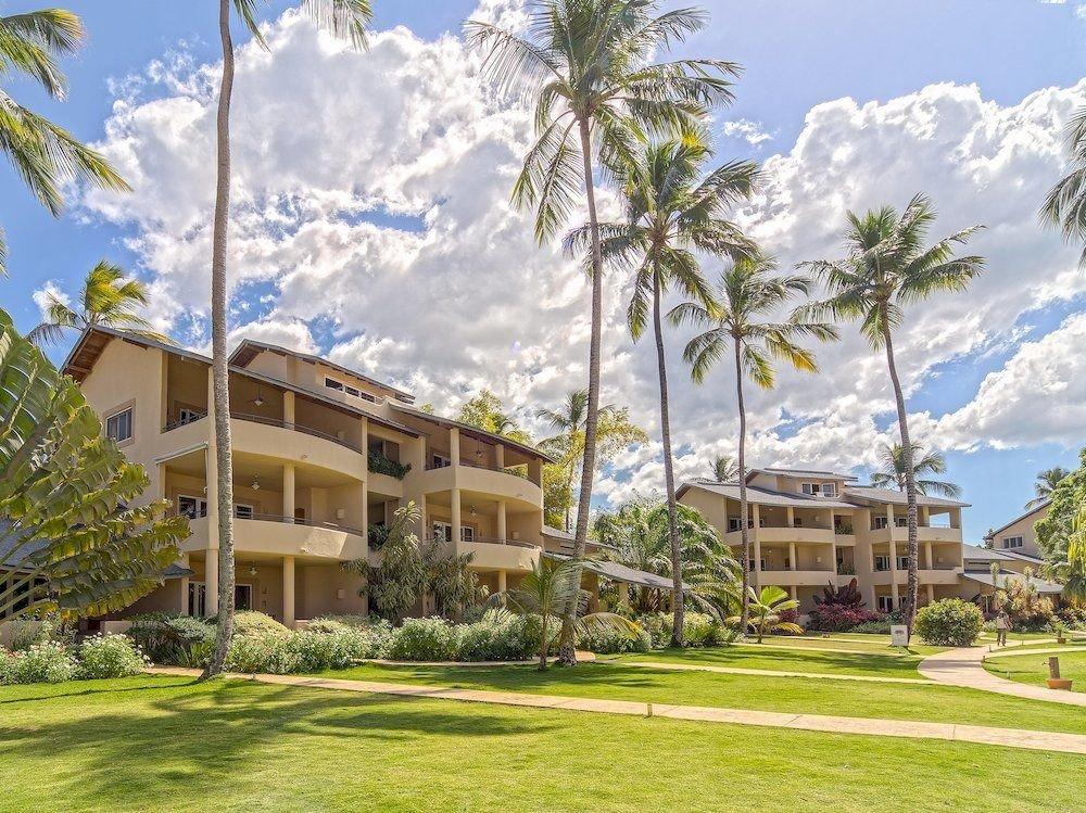 grass tree sky Resort structure property plant residential area home sport venue condominium arecales mansion palm lawn Villa lush