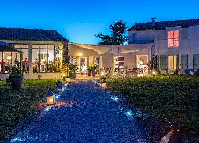 grass sky property house home Resort swimming pool condominium Villa residential area mansion backyard