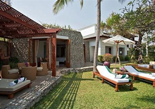 grass tree sky property Resort Villa home cottage backyard outdoor structure hacienda swimming pool eco hotel lawn