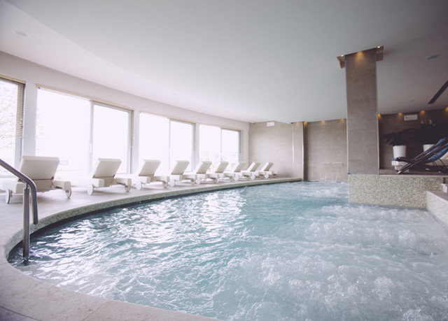 bathtub swimming pool property vessel condominium jacuzzi Villa mansion Resort