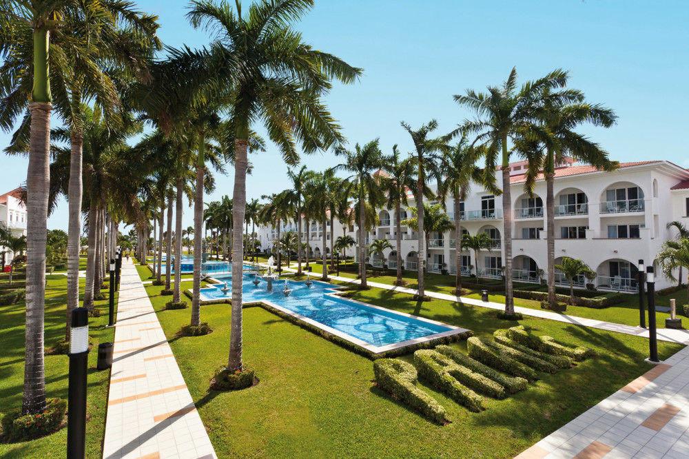 tree sky grass palm leisure property Resort walkway plaza park lawn condominium sidewalk swimming pool Villa hacienda palace mansion town square lined