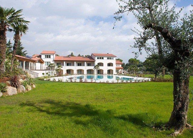 grass tree sky field property green grassy home Villa residential area mansion lawn Resort hacienda lush